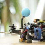 Crean una abeja robótica que poliniza como una verdadera
