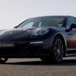 Huawei puso un celular con Inteligencia Artificial al mando de un Porsche