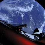 Sí, hay un descapotable con un maniquí escuchando David Bowie en el espacio