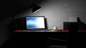 computadora encendida noche