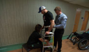 Logran que vuelva a caminar un hombre con parálisis completa en sus extremidades inferiores